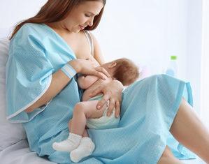 кормящая мать в роддоме
