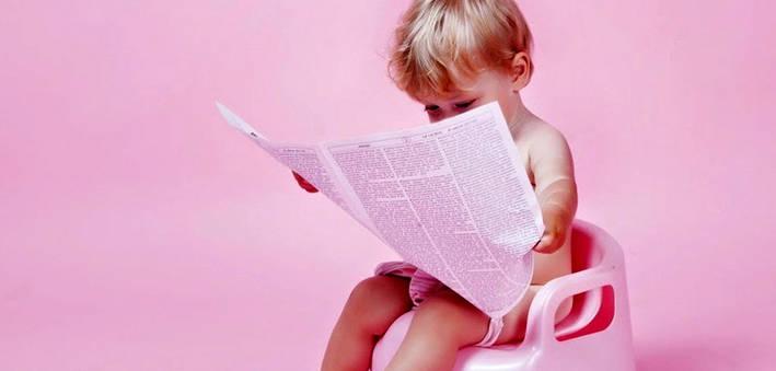 Ребенок на горшке читает