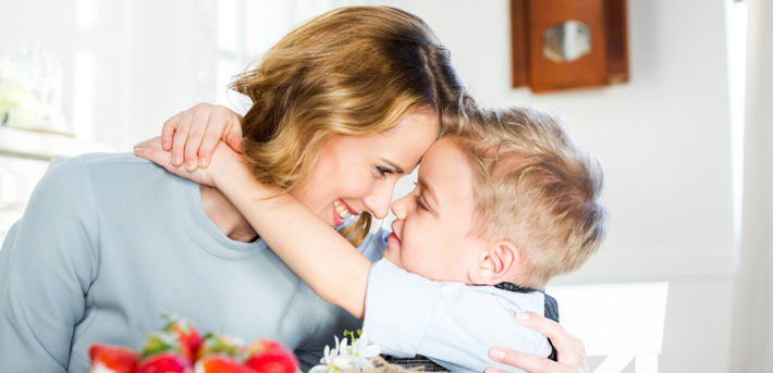 мама обнимается с сыном