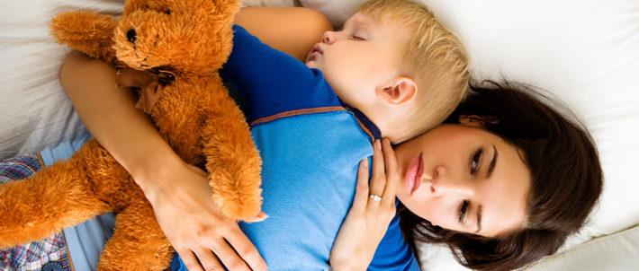 мальчик заснул на маме