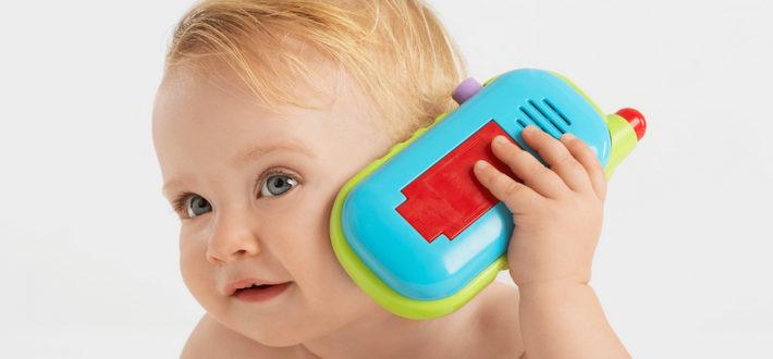 малыш играет с телефоном