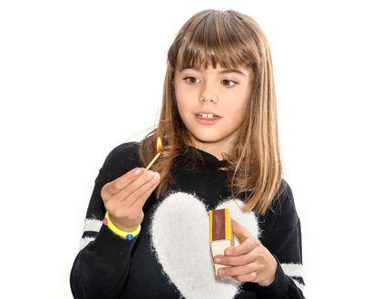 девочка играет со спичками