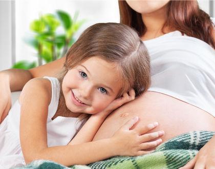 беременная женщина с дочкой
