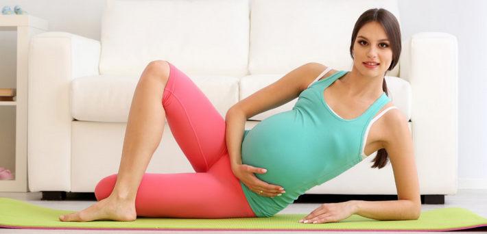 беременная делает гимнастику