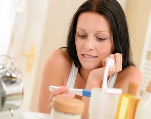 женщина смотрит на тест