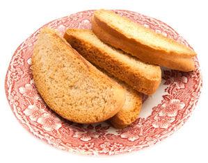 сухари на тарелке