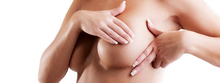 женщина держит грудь
