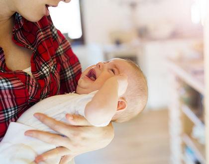 грудничок плачет на руках у мамы