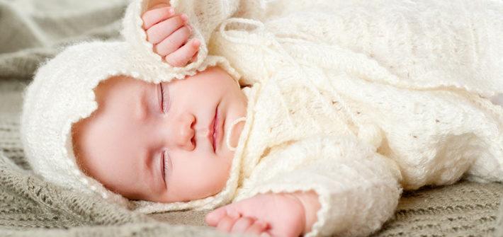 новорожденный спит в кофточке