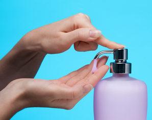 женщина мылит руки