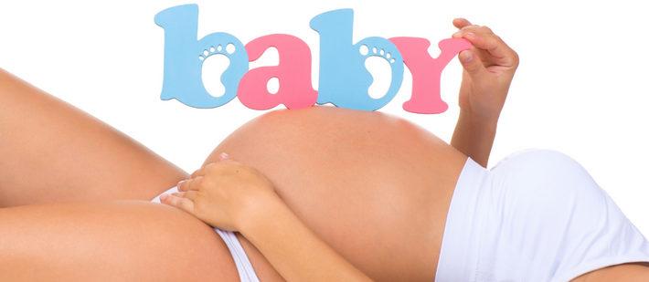 беременная с буквами на животе