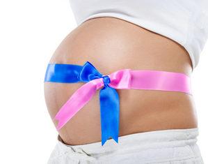беременная с розовой и синей полосками на животе