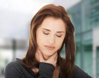 Боль в горле у девушки
