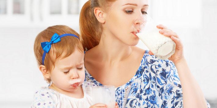 женщина ест с ребенком