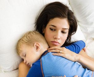 мама и спящий ребенок