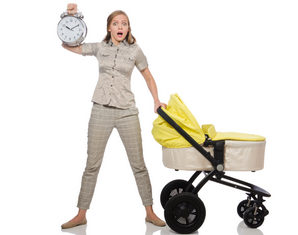 мама с коляской и часами