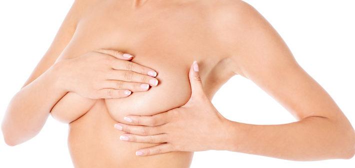 женщина делает массаж груди