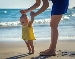 девочка учится ходить