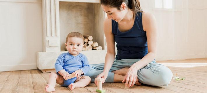 мальчик сидит с мамой