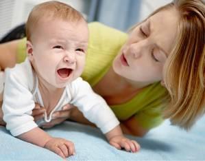 малыш плачет рядом с мамой