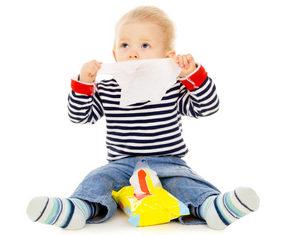 ребенок играет с салфетками