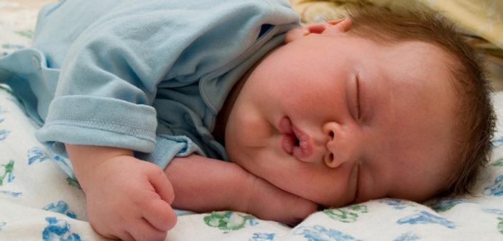 грудничок спит закинув голову