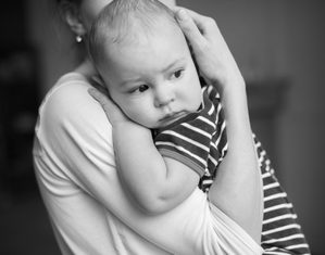 новорожденный икает на руках у мамы