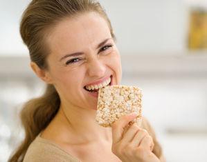 женщина ест хлебцы