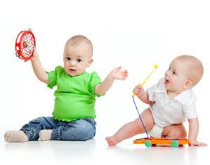 дети играются