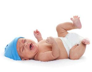 малыш плачет лежа на спине