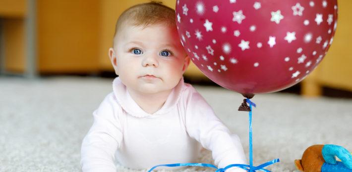 ребенок с шариком