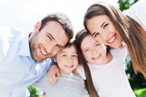 Счастливая семья с двумя детьми