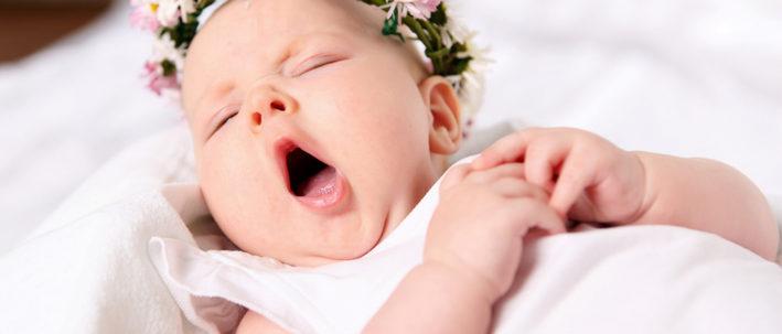 грудничок зевает