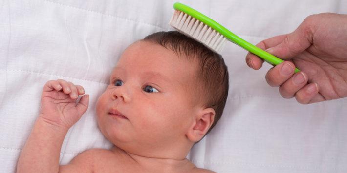 расчесывание волос грудничку
