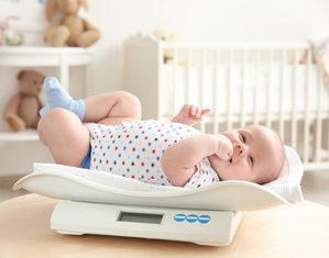 взвешивание новорожденного