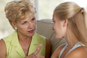 женщина разговаривает с бабушкой