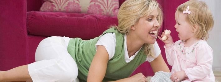 Малышка играет с мамой на ковре
