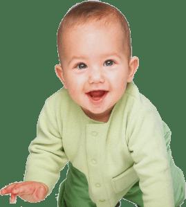 Ребенок улыбается на четвереньках