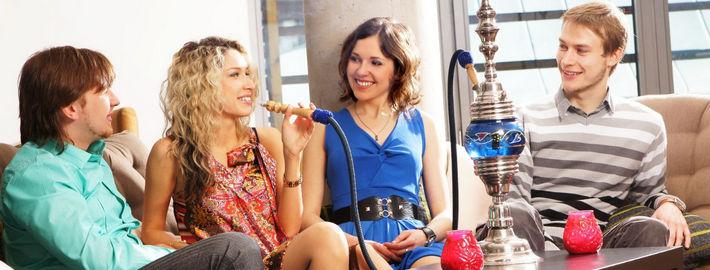 Компания курит кальян