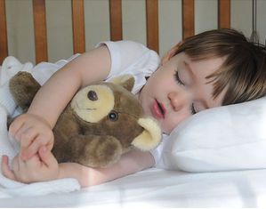 Малыш спит в обнимку с медведем