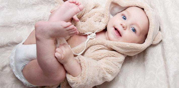малыш в халате лежит на спине