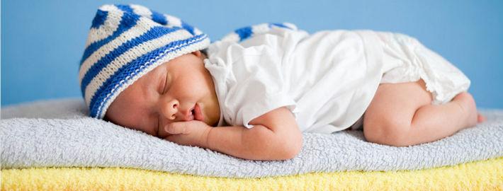 Младенец в полосатом колпаке спит