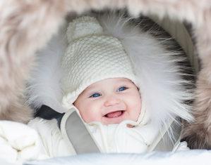 новорожденный гуляет зимой