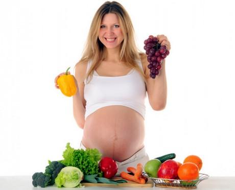Беременная выбирает себе фрукты