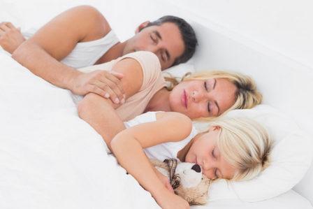 взрослый ребенок спит с родителями
