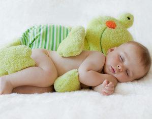 грудничок спит с игрушкой