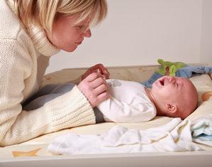 мама утешает грудничка