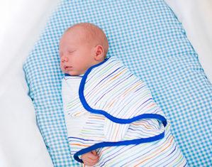 запеленнаный ребенок спит