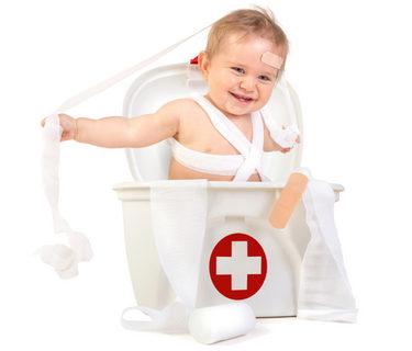 малыш играет в аптечку