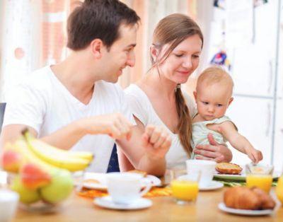 Семья за столом ест